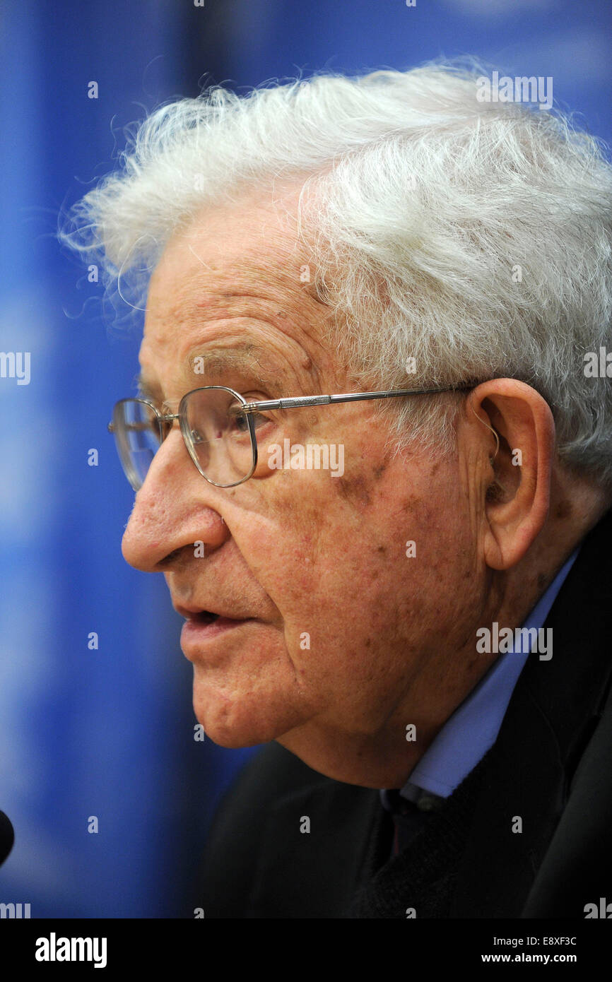 Noam Chomsky attends a press conference organized by the Committee on the Exercise of the Inalienable Rights of - Stock Image