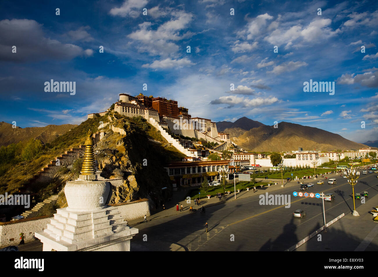Tibetan Potala Palace stupa and blue sky - Stock Image