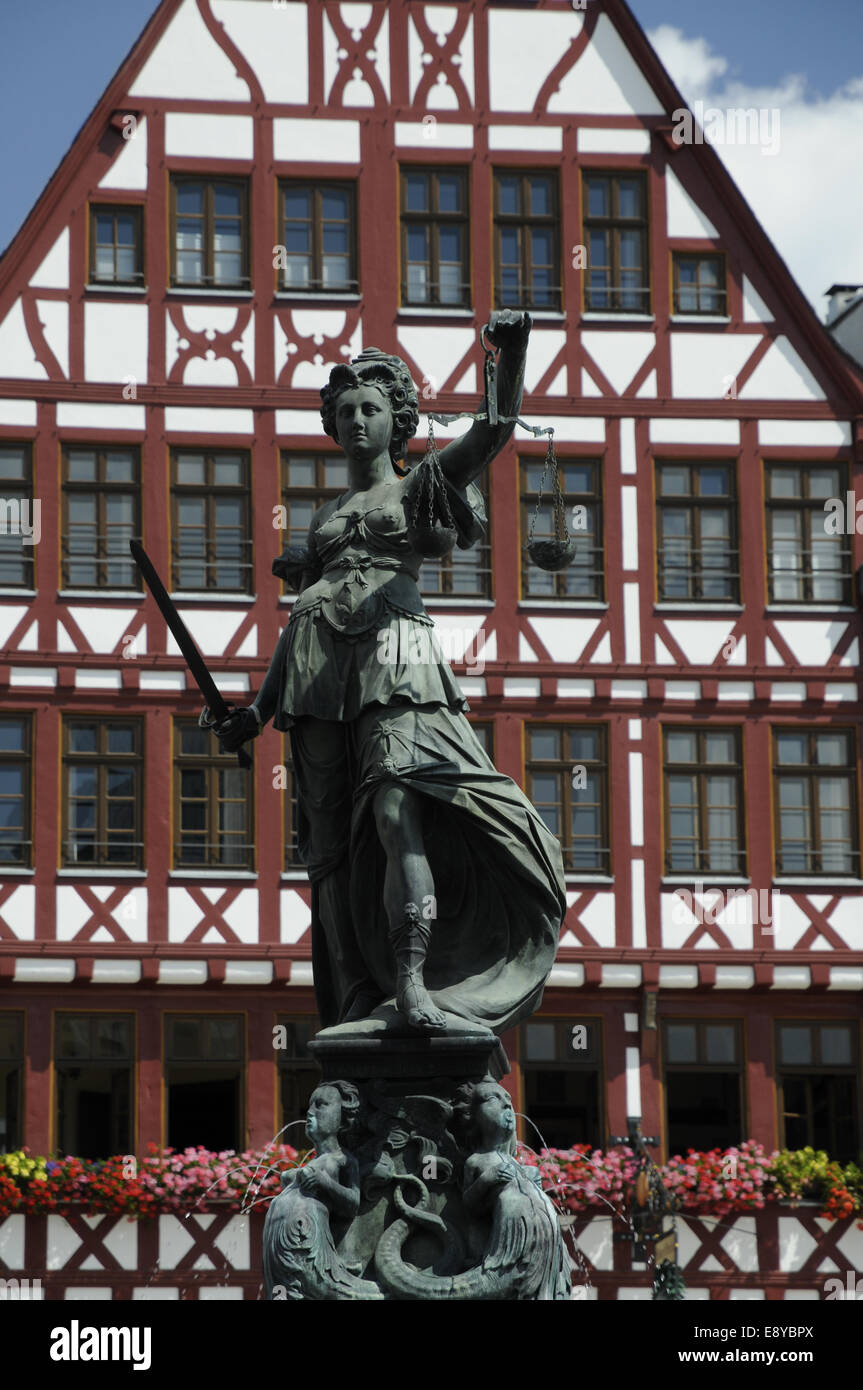 Justitia am R├╢merbrunnen in Frankfurt - Stock Image