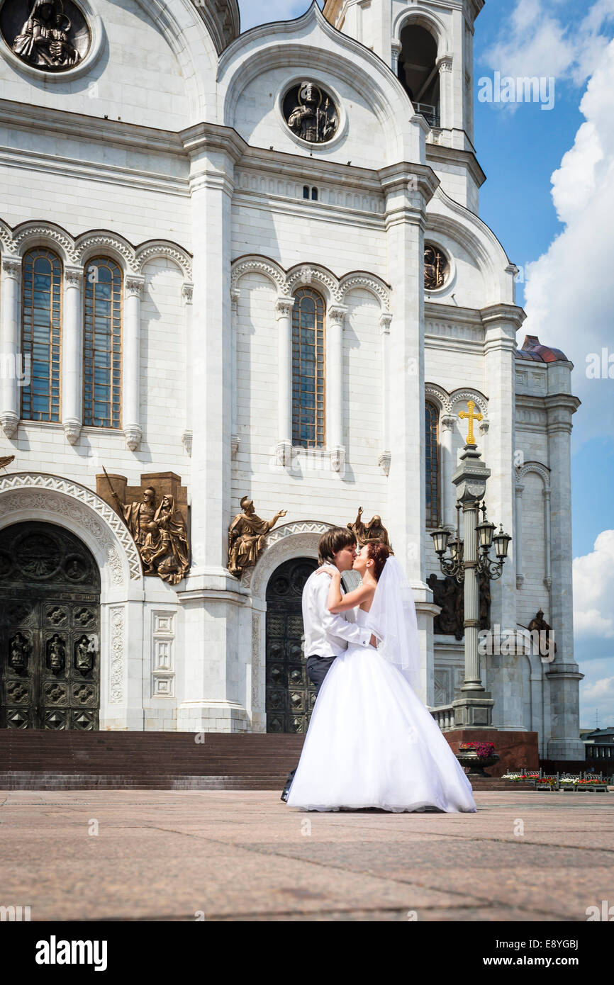 Newlyweds outside Cathedral of Christ the Saviour, Moscow, Russia - Stock Image