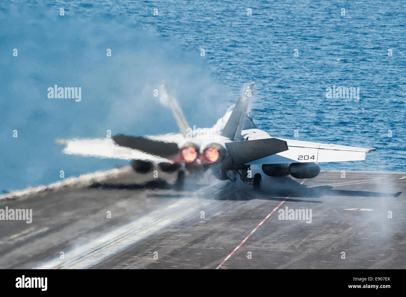 A U.S. Navy F/A-18F Super Hornet aircraft assigned to Strike Fighter Squadron (VFA) 213 launches from the flight Stock Photo