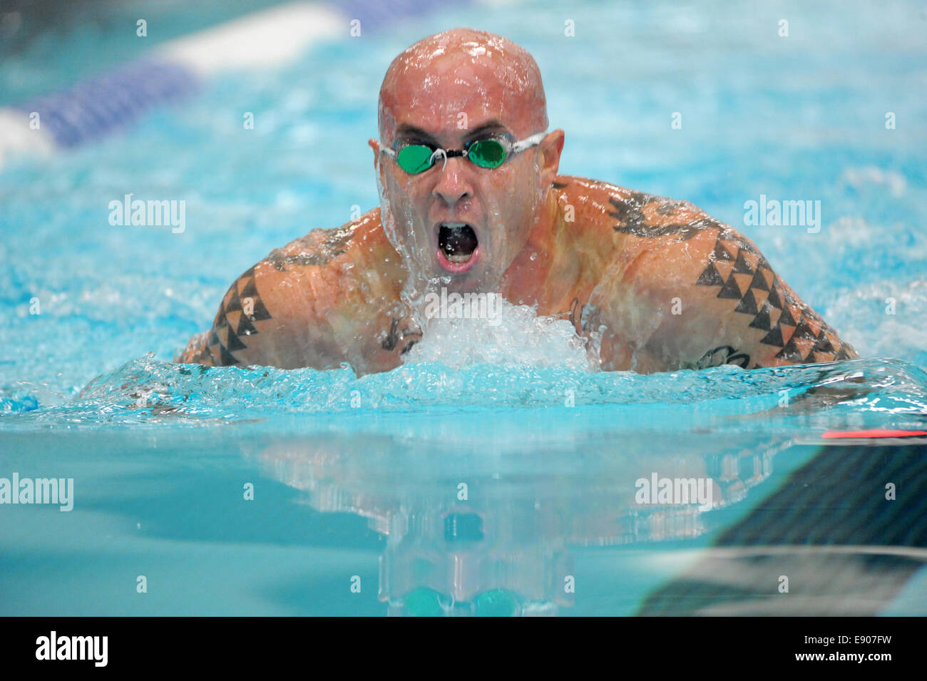 U.S. Navy Hospital Corpsman 1st Class Jamie Sclater, with the Marine team, swims to win the gold in his division - Stock Image