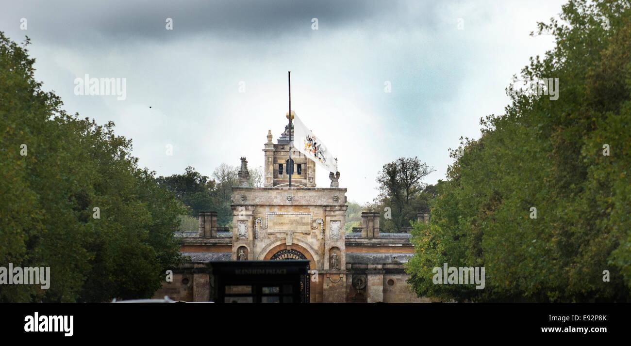 Flag flown at half mast at Blenheim Palace. Re. Death of Duke of Marlborough Pic Richard Cave 16.10.14 - Stock Image