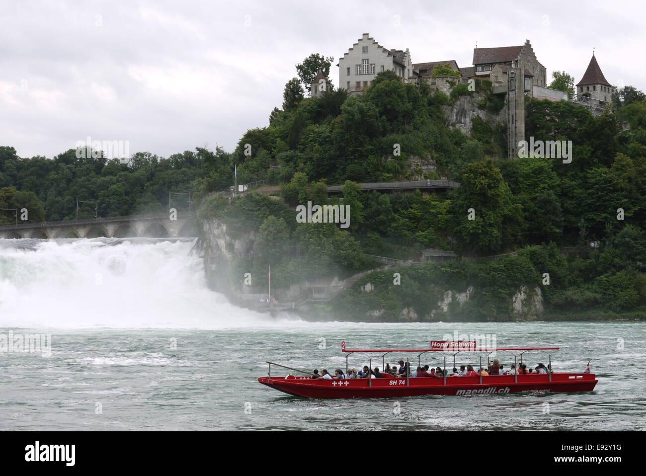 Ausflugsboot der Mändli Schifffahrt am Rheinfall, gegenüber Schloss Laufen Stock Photo