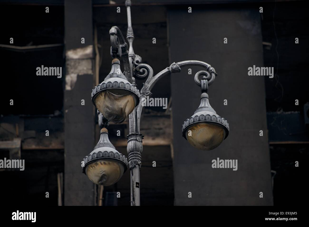 Charred and melted street lamps in front of a burned out building, Indepndence square Kiev - Stock Image