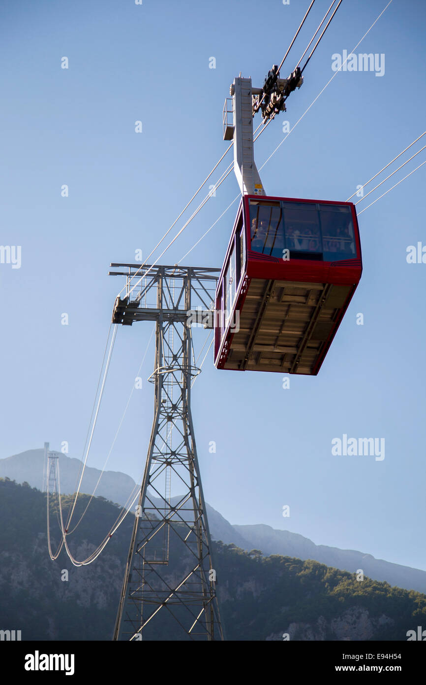 Cableway going to top of the mountain with passengers - Stock Image