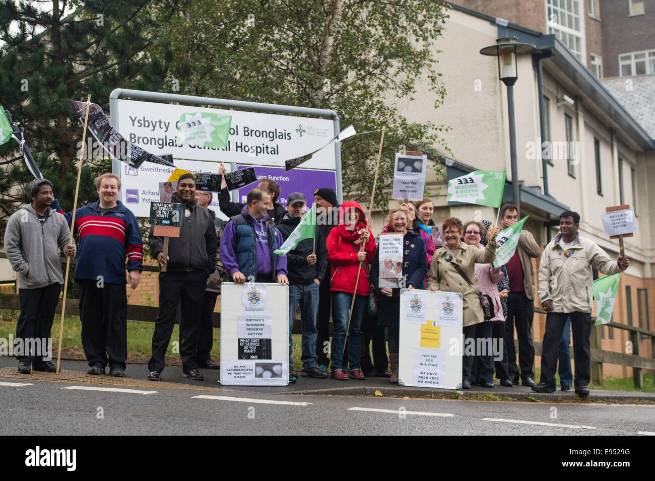 Aberystwyth, Wales UK, Monday 20 October 2014  Members of the Society of Radiographers on strike and picketing outside - Stock Image