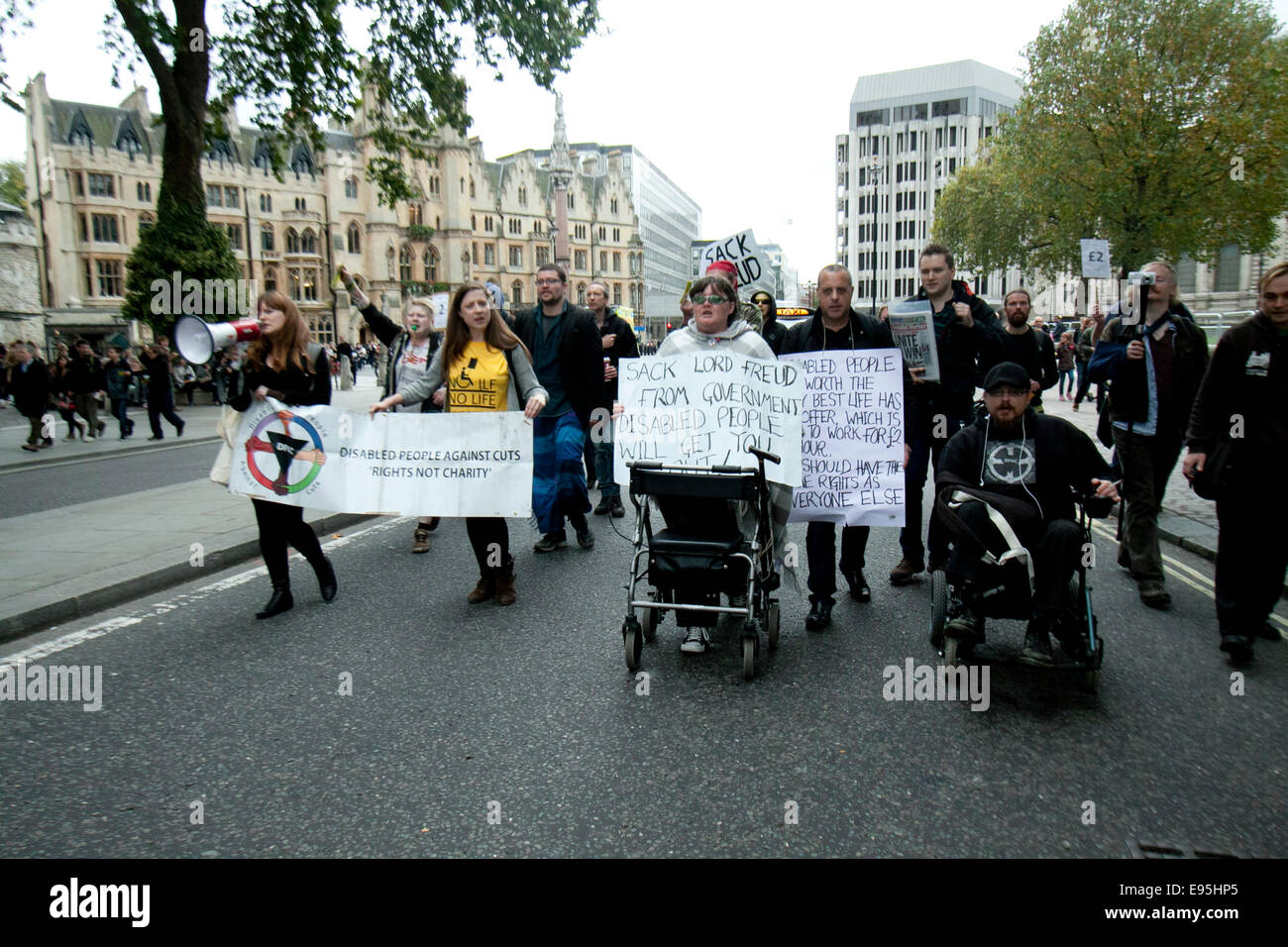 London, UK. 20th October, 2014.  A group of protesters outside the Department for  Works and Pensions calling on - Stock Image