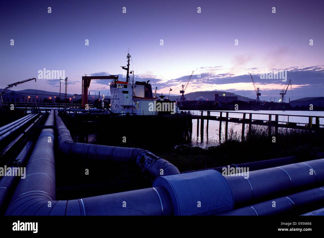 Ship unloading oil at Belfast docks - Stock Image