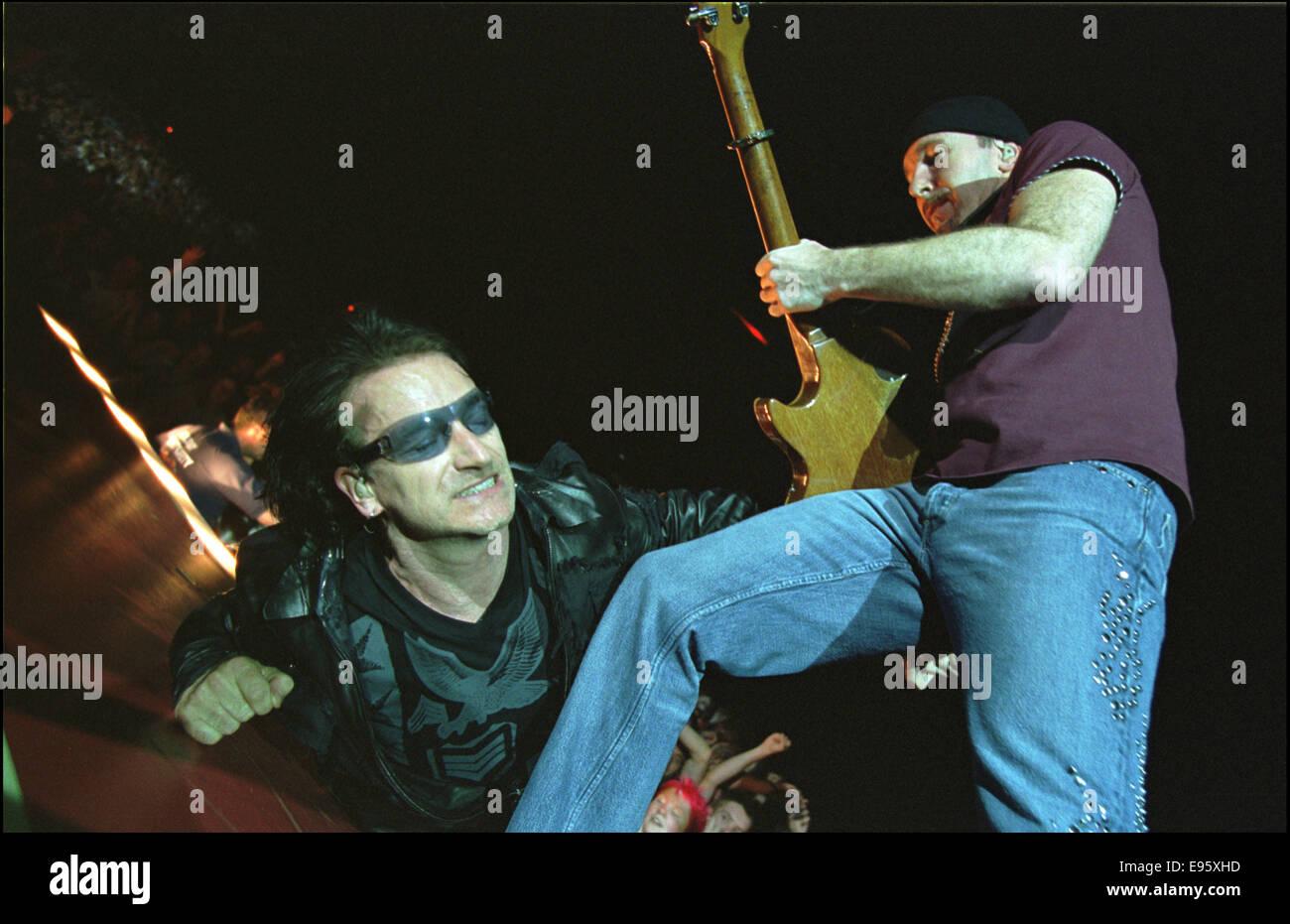 Irish rock band U2 in concert, GLASGOW SECC, Scotland, 28.08.01. - Stock Image