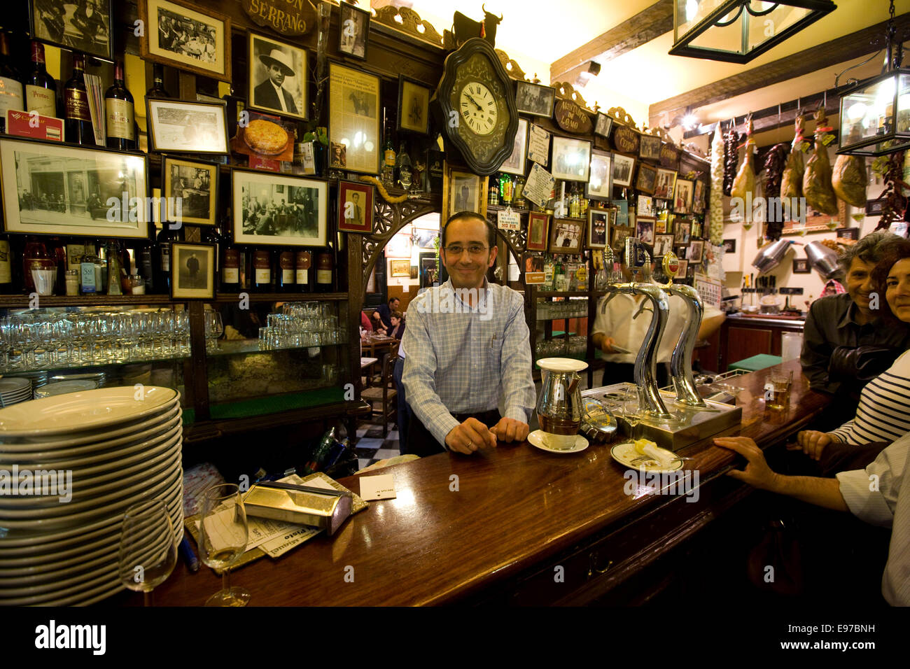 The barman at the Casa el Pisto restaurant in Cordobas old town - Stock Image
