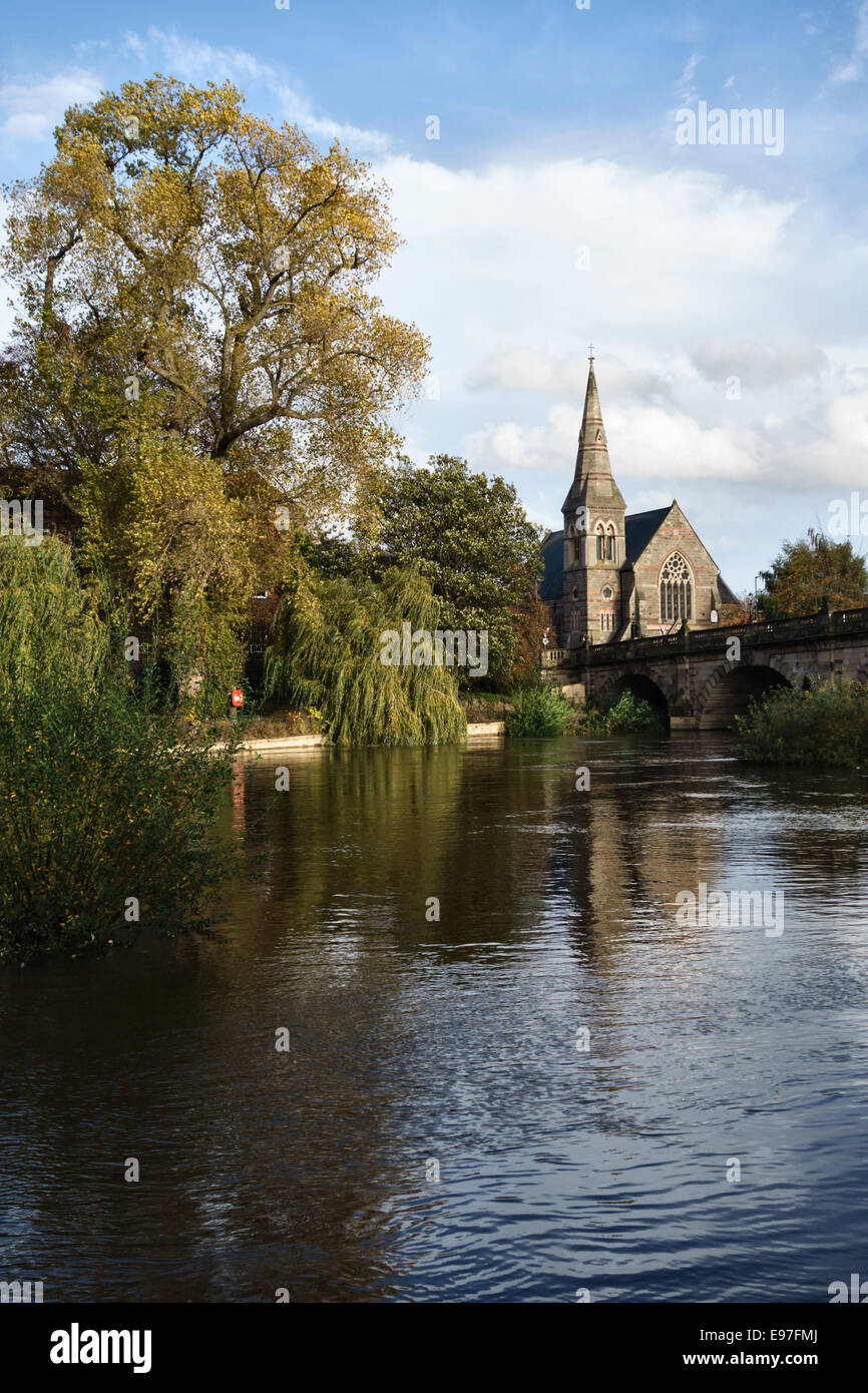The River Severn at Shrewsbury, Shropshire, UK. The United Reformed Church (URC) - Stock Image