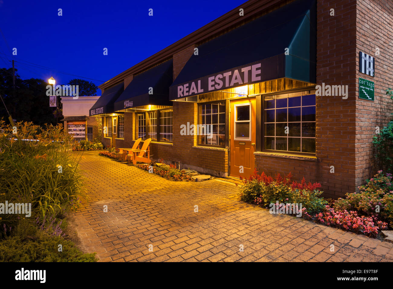 Richard Wallace Real Estate in downtown Port Carling at dusk. Ontario, Canada. - Stock Image