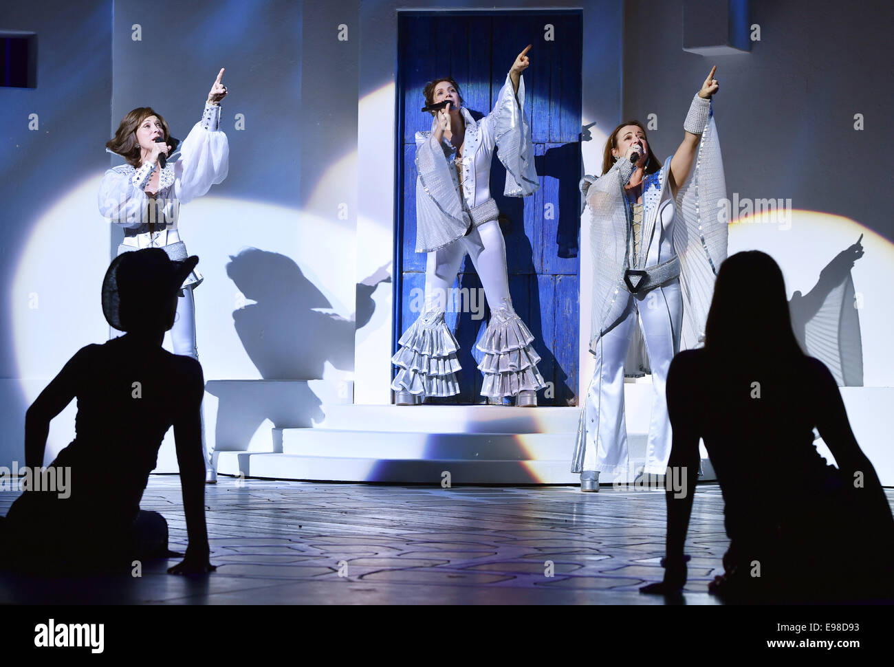 Berlin, Germany. 21st Oct, 2014. Performers Betty Vermeulen (L-R) as Tanya, Sabine Mayer as Donna, and Barbara Rauenegger - Stock Image