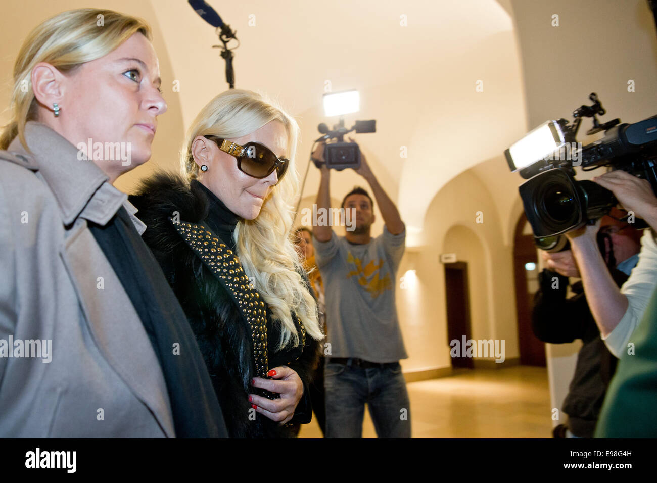 Tatjana Gsell (C), the ex-wife of the Nuremberger plastic surgeon Franz Gsell meets with her lawyer Nicole Obert - Stock Image