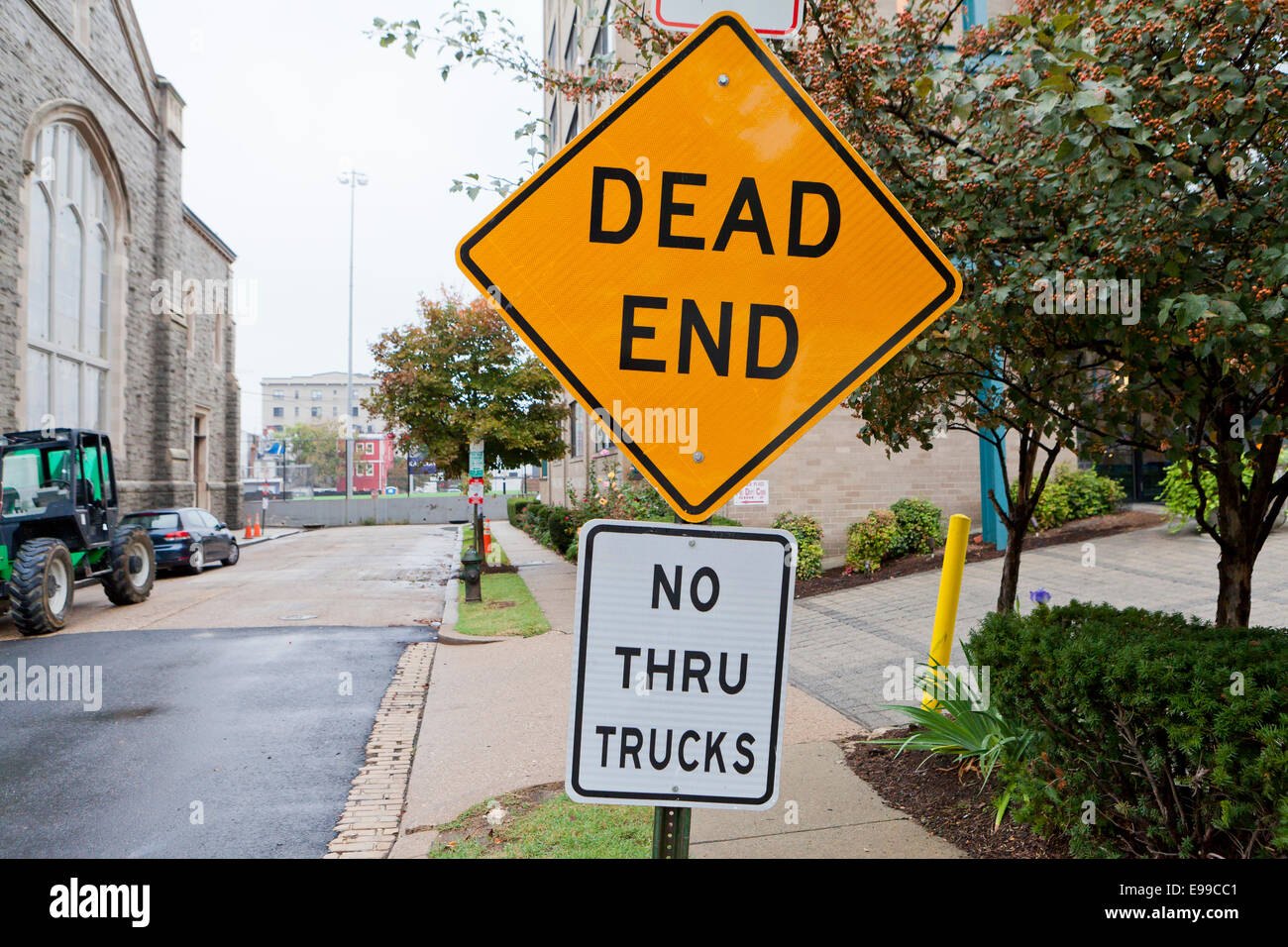 Dead end sign on road - USA - Stock Image