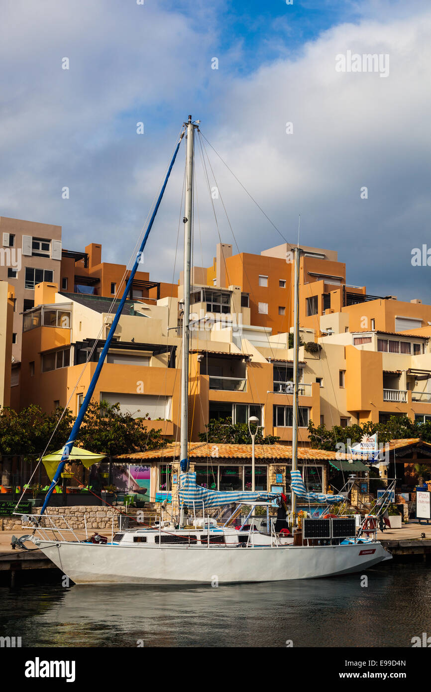 Sailing boat and vacation apartments in Port Frioul, near Marseille. - Stock Image