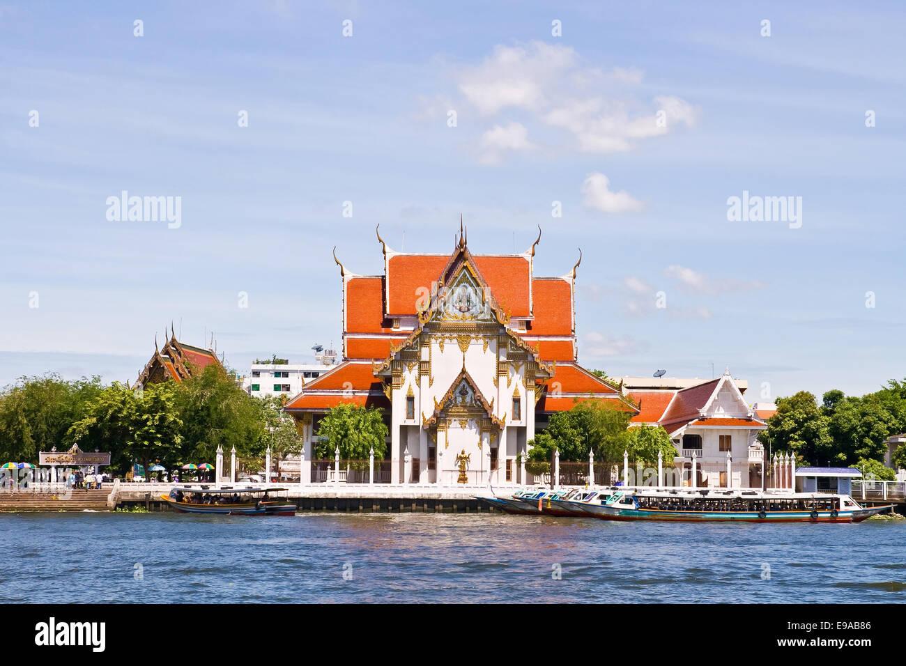 Wat Rakang, Thai Temple on the River. - Stock Image