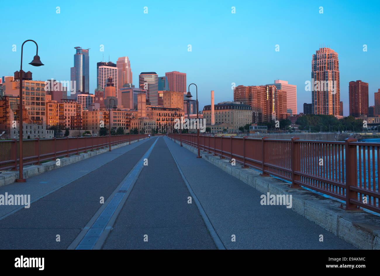 STONE ARCH BRIDGE MISSISSIPPI RIVER MINNEAPOLIS MINNESOTA USA - Stock Image