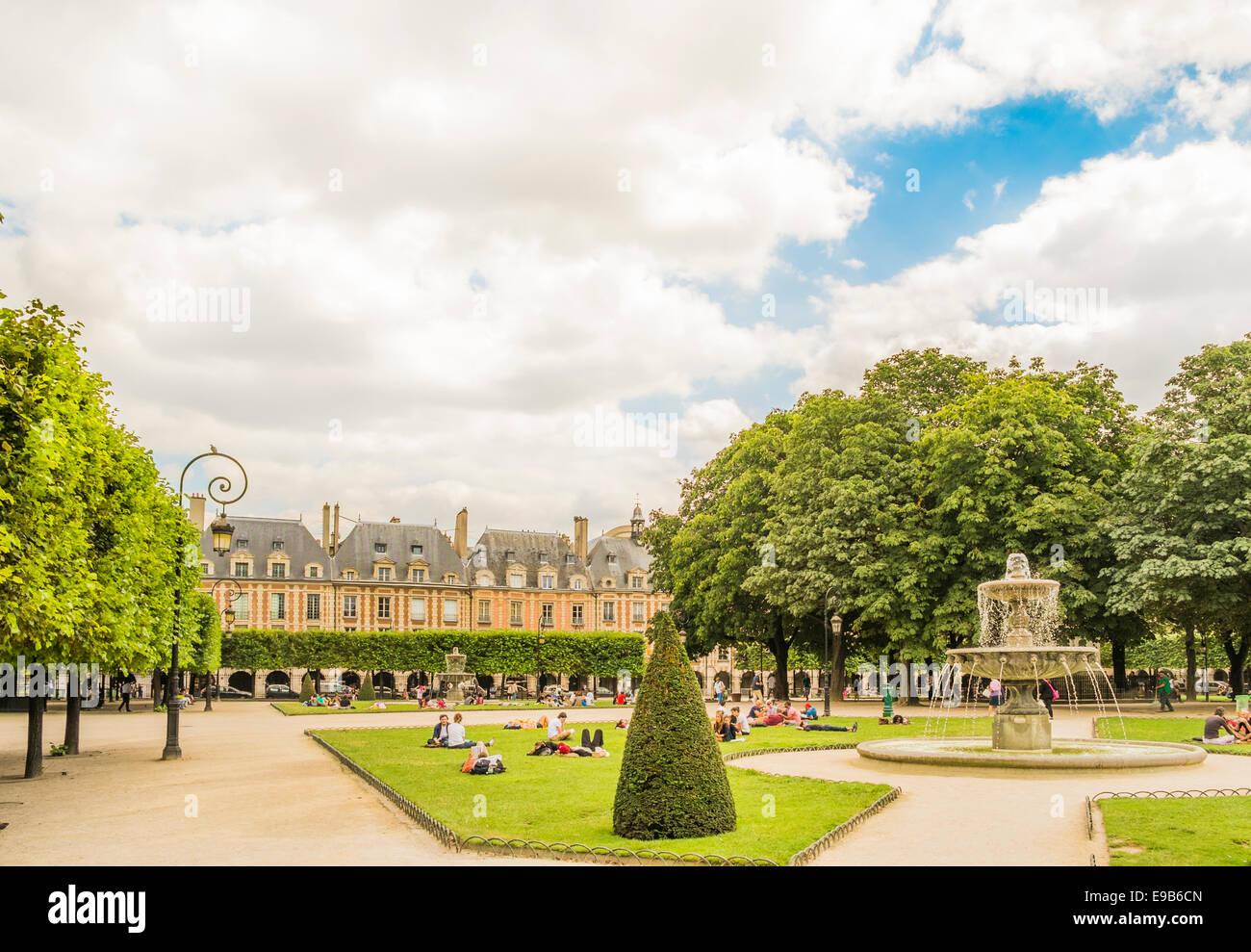 young people relaxing at place de vosges public garden, paris, ile de france, france - Stock Image
