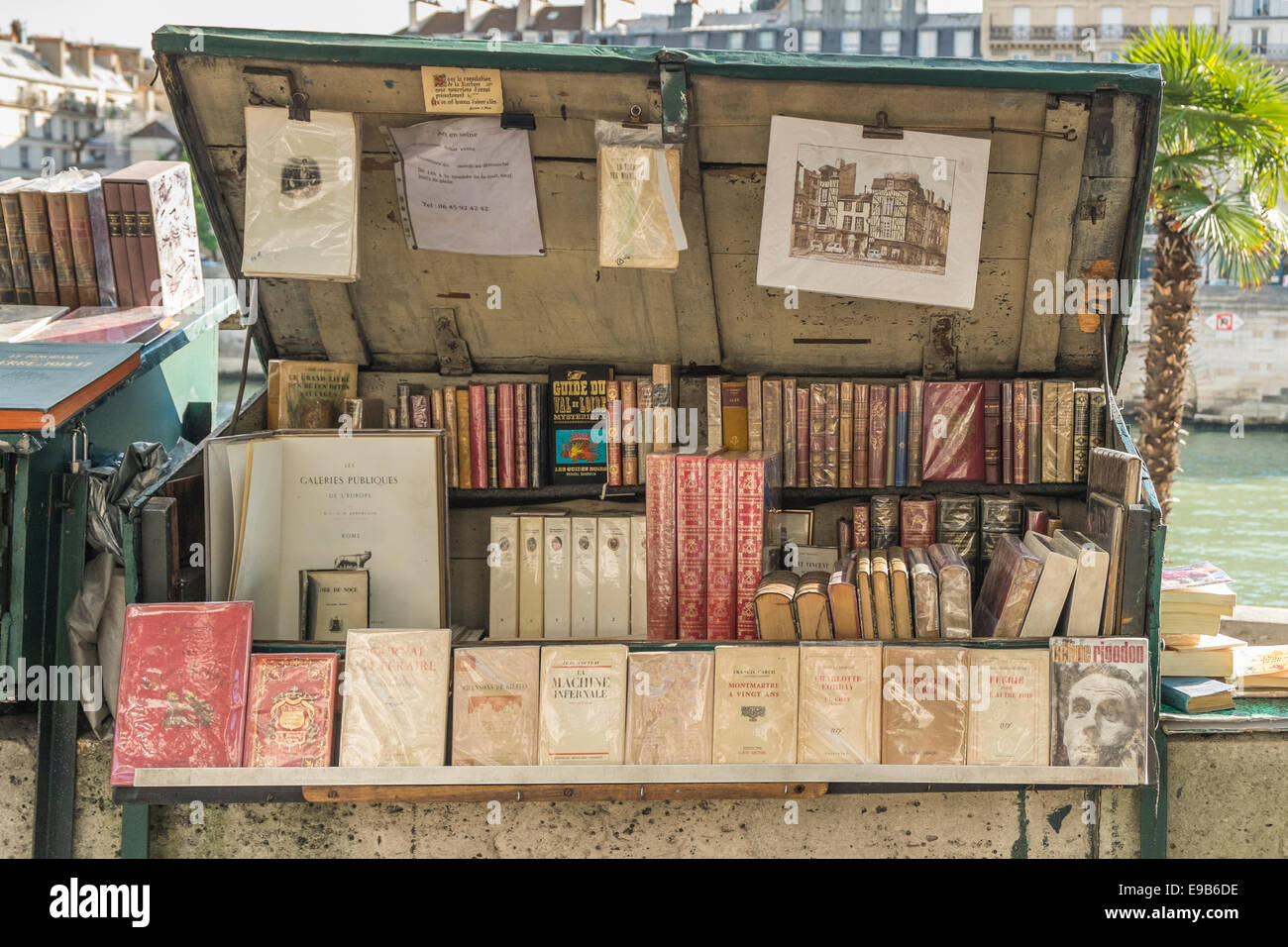 stall of a so called bouquiniste, antiquarian bookseller along the banks of river seine, paris, ile de france, france - Stock Image