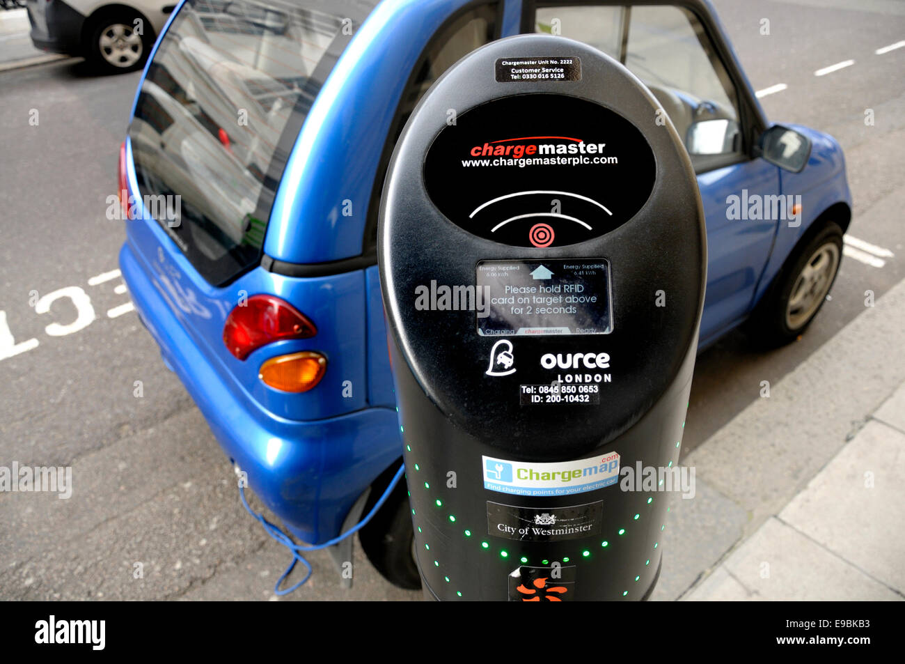 London, England, UK. Electric car plugged into a Chargemaster terminal, in front of the Royal Institution, Albermarle - Stock Image