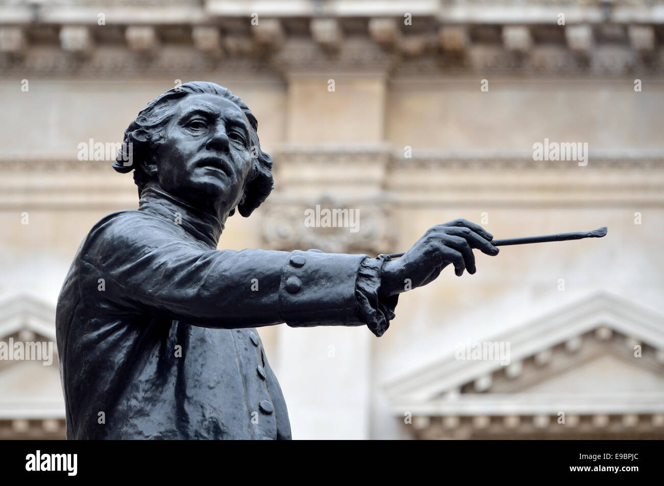 London, England, UK. Statue: Sir Joshua Reynolds (painter; 1773-92) in the courtyard of the Royal Academy. (1931; - Stock Image