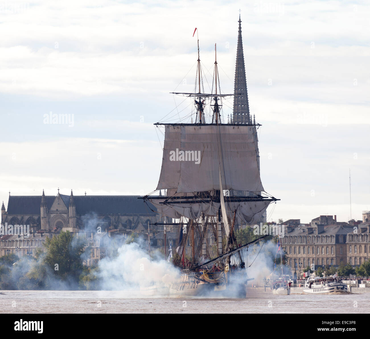 In the early morning, the frigate Hermione (replica) firing a salute before leaving Bordeaux (Aquitaine - France). - Stock Image