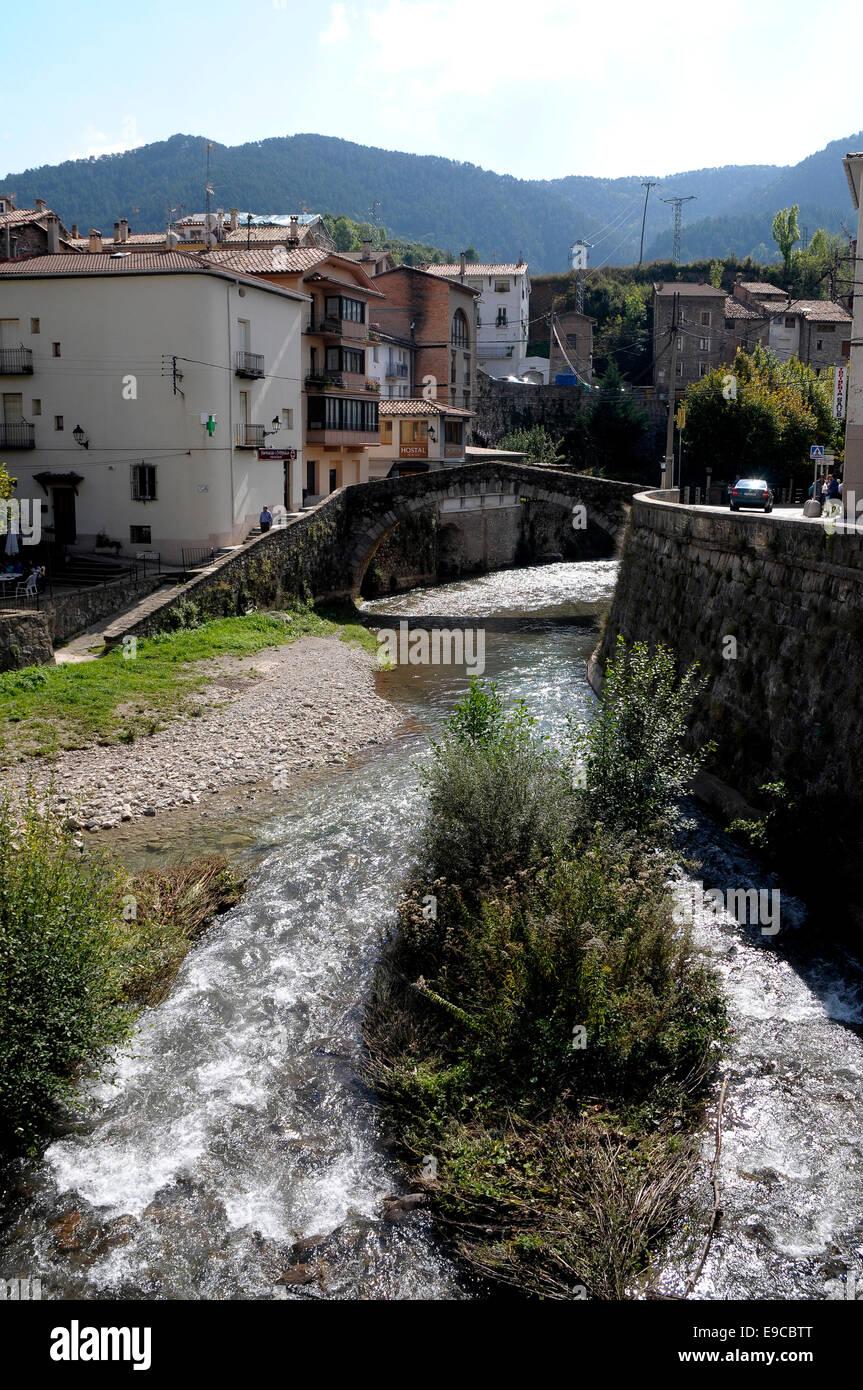 'Pont Vell' (Puente viejo) de estilo románico, formado por un arco de medio punto, construido entre - Stock Image