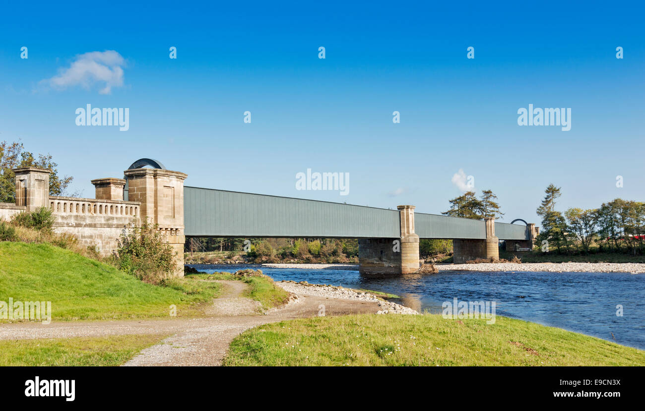 RAILWAY BRIDGE FORRES OVER THE RIVER FINDHORN NOW FLOWING ALONG A NEW RIVER BED AFTER FLOOD PREVENTION SCHEME ALTERATIONS Stock Photo