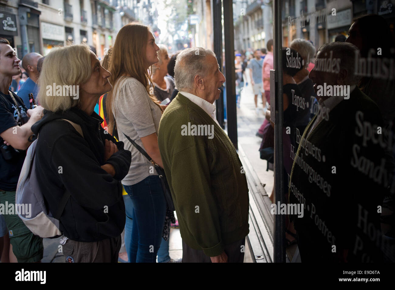 Barcelona, Spain. 25th Oct, 2014. In Barcelona soccer fans look the TV through the window of a bar during the La - Stock Image