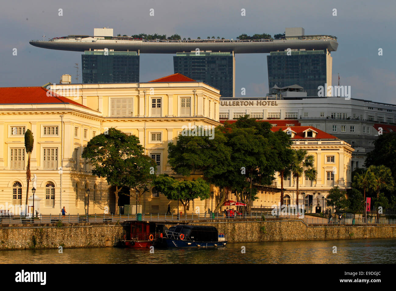 Asian Civilisations Museum and the Singapore River with Marina Bay Sands and the SkyPark in the background, Singapore - Stock Image