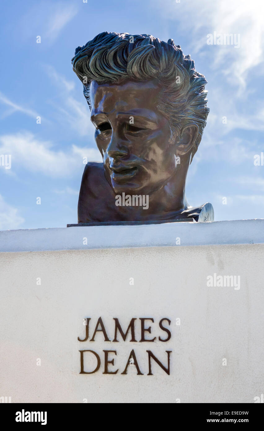 Bust of the actor James Dean outside the Griffith Observatory, Griffith Park, Los Angeles, California, USA - Stock Image