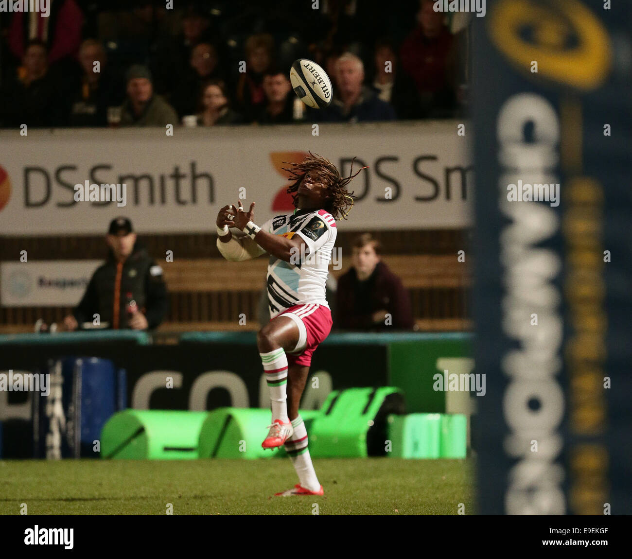 High Wycombe, UK. 26th Oct, 2014. European Rugby Champions Cup. Wasps versus Harlequins. Marland Yarde covers a - Stock Image