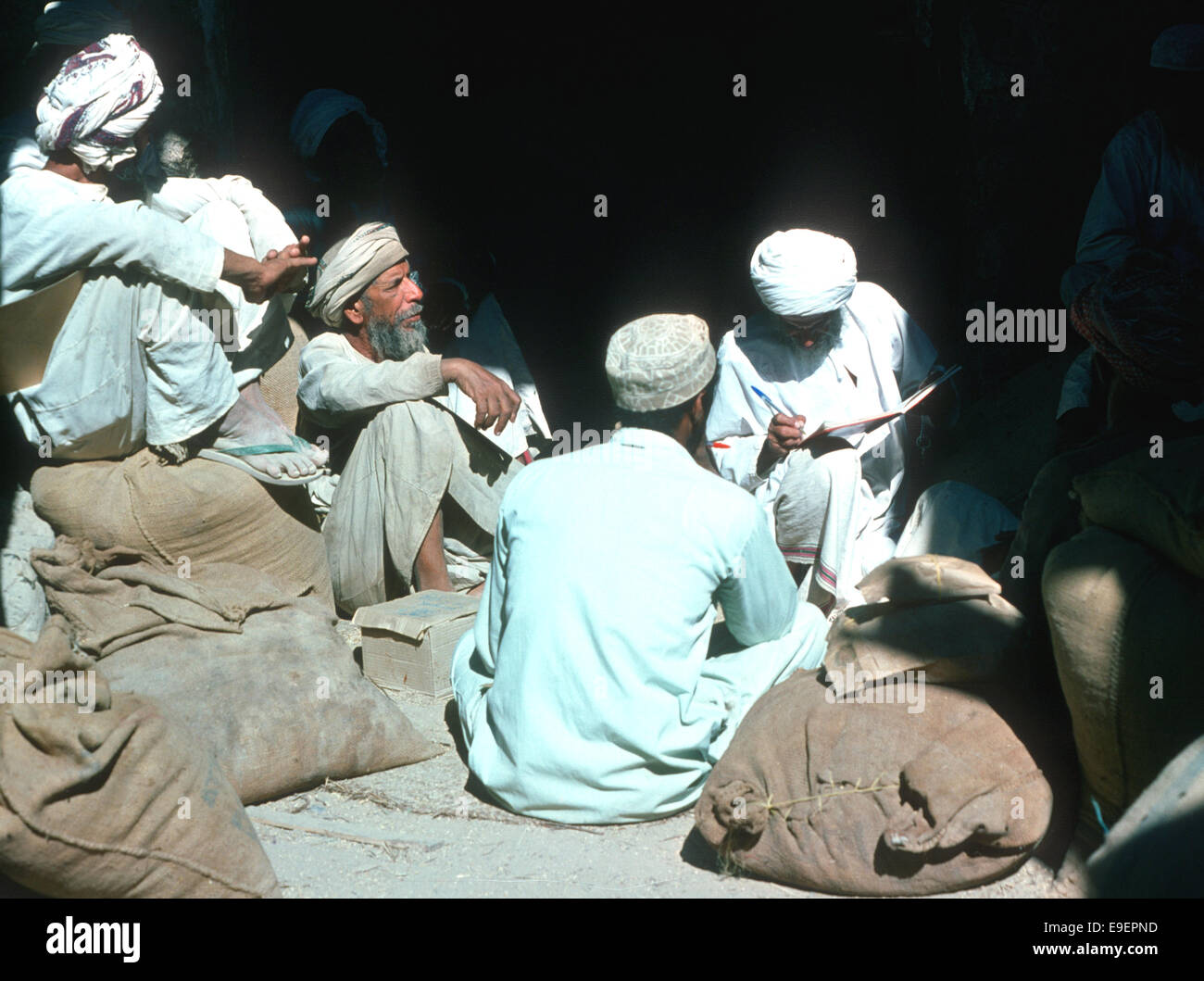 Date merchants in Nizwa souq, Oman, 1975 - Stock Image