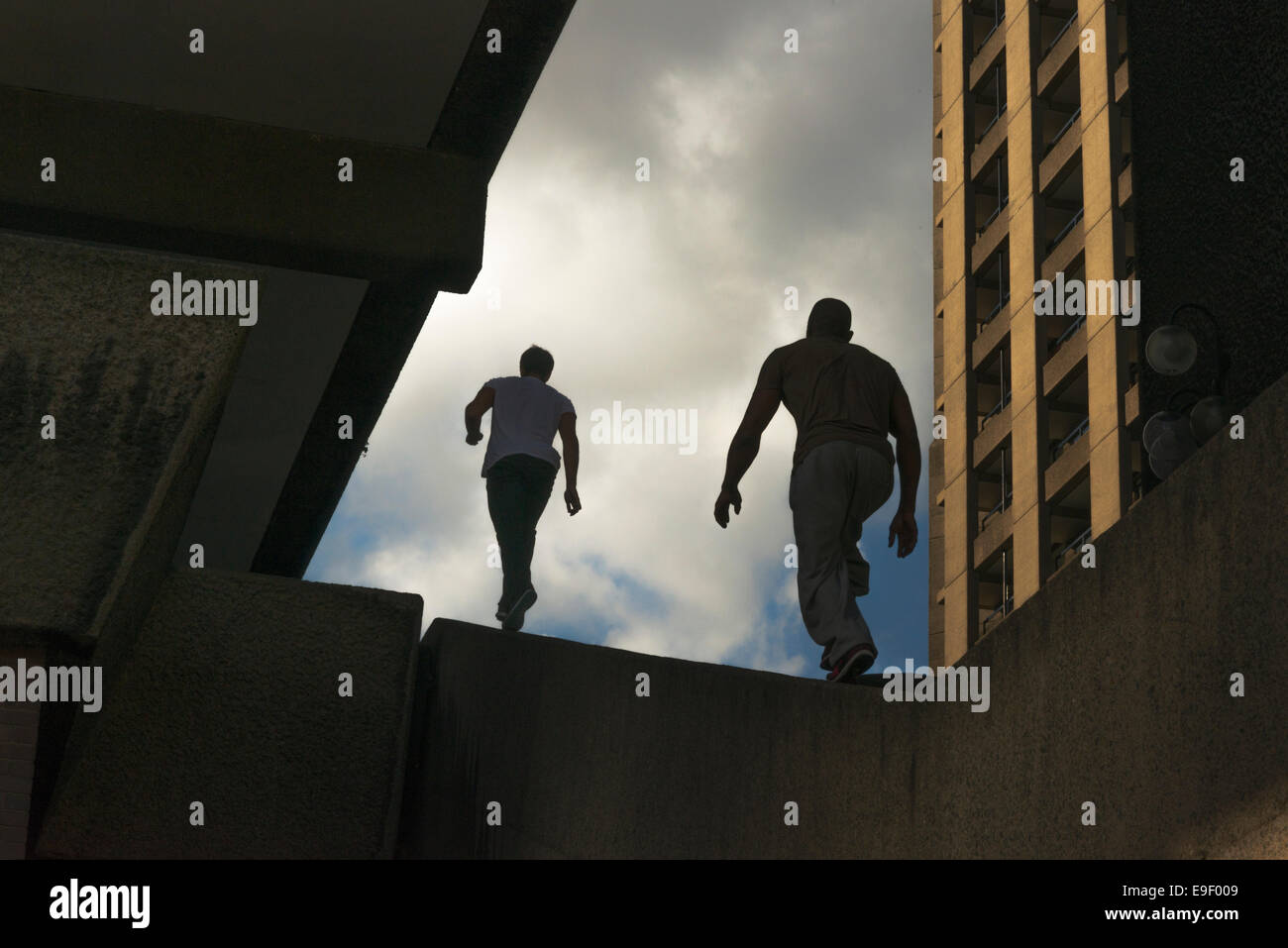 Two Parkour traceurs running - Stock Image
