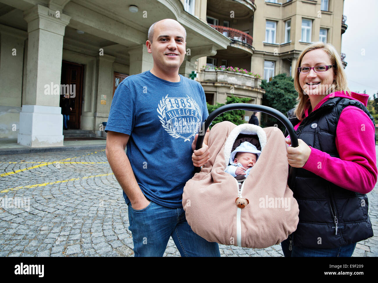The parents with their three days old newborn baby leave the Maternal hospital in Prague Podoli, Czech Republic, - Stock Image