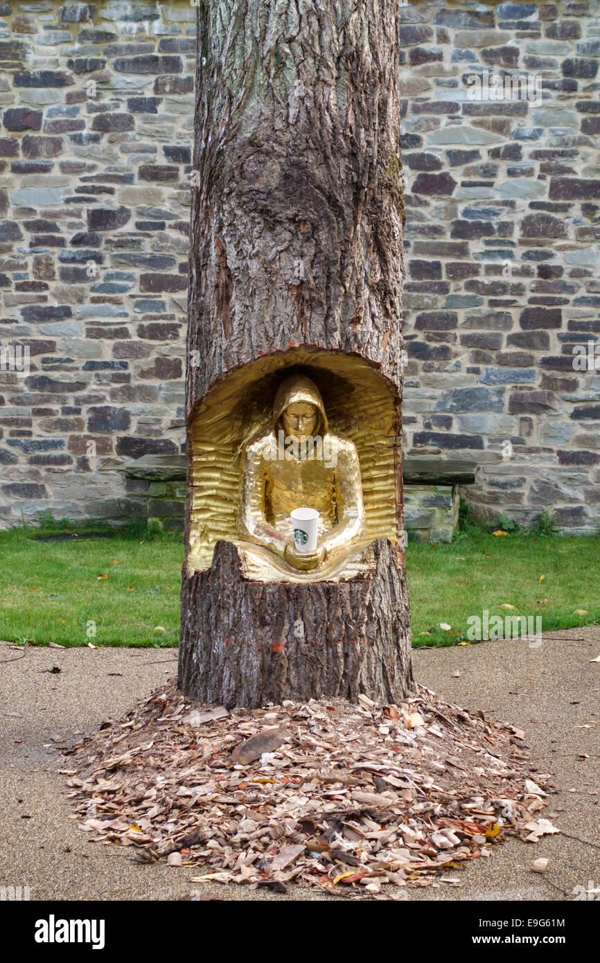'Beggar in Log' (2014), a sculpture by Masa Suzuki at The Sidney Nolan Trust, The Rodd, Presteigne, Powys, - Stock Image
