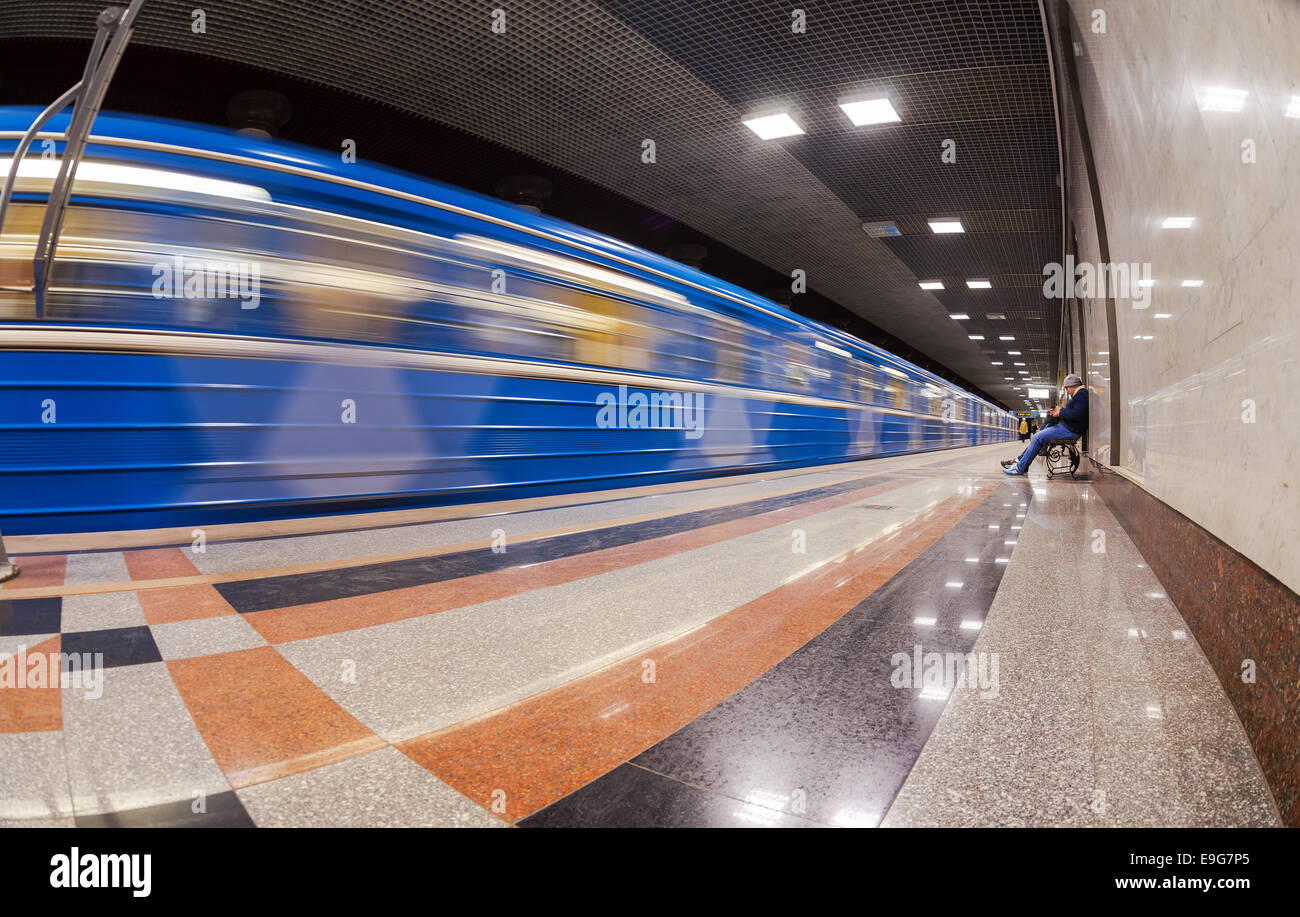 Passengers await the arrival of the train at subway station Rossiyskaya - Stock Image