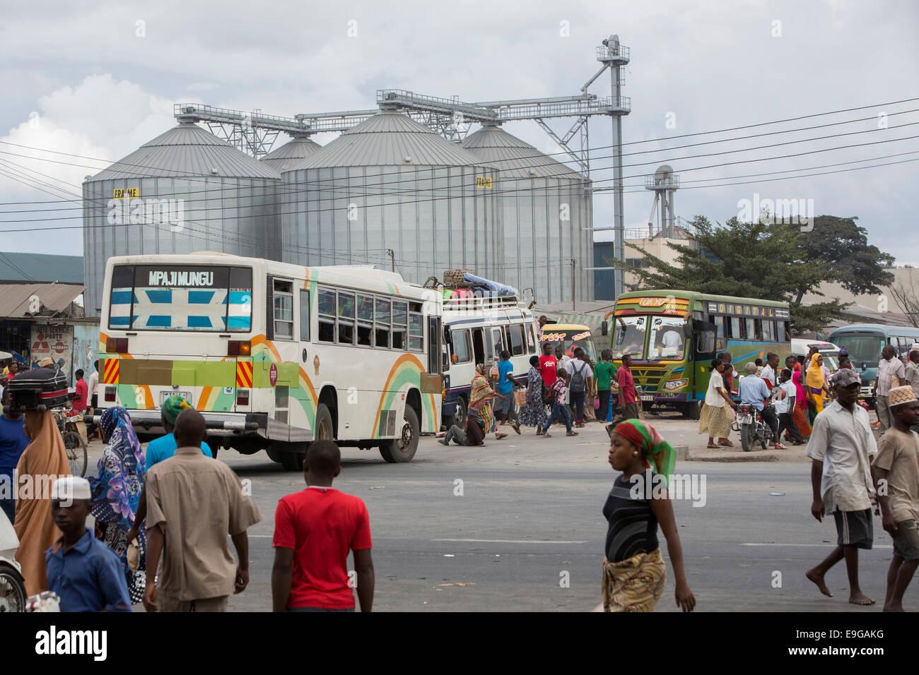 Busy street scene in Dar es Salaam, Tanzania, East Africa. - Stock Image