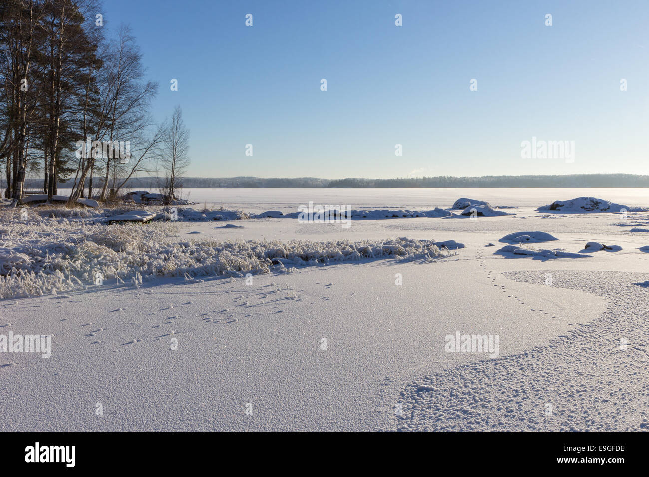 Nobody at the frosty and snowy Lake Pyhäjärvi in Tampere, Finland at a sunny day in winter - Stock Image