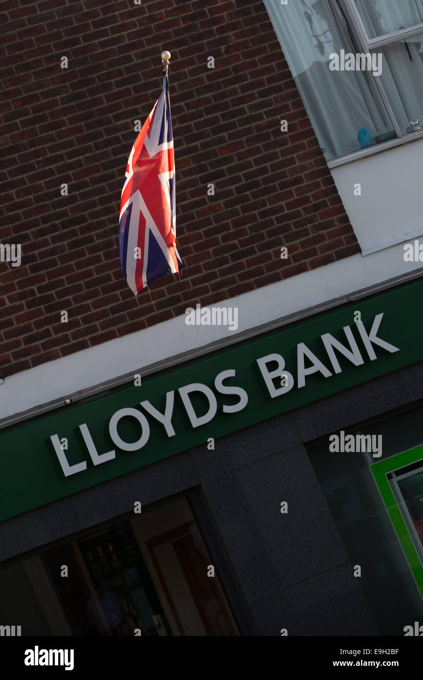 Newport Pagnell, Buckinghamshire, UK. 28th October, 2014. Lloyds Bank confirms 9,000 job losses and the closure - Stock Image