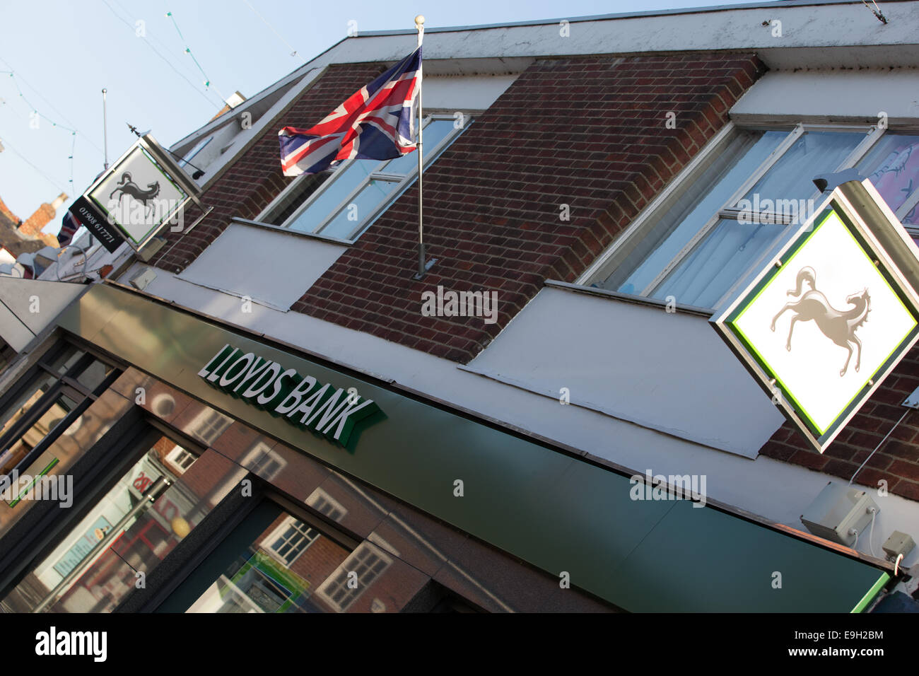 Newport Pagnell, Buckinghamshire, UK. 28th October, 2014. Lloyds Bank confirms 9,000 job losses and the closure Stock Photo