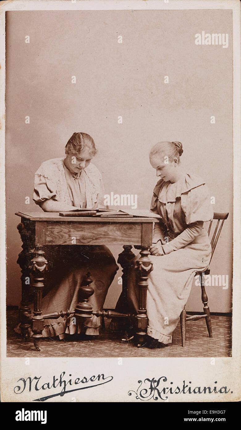 Portrett av Karen Grude Koht og uidentifisert venninne som leser til artium, 1894 - Stock Image