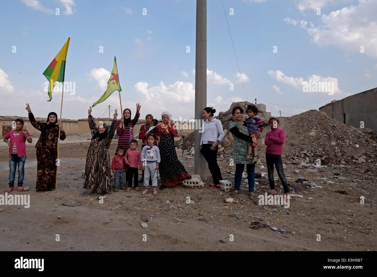 Kurdish civilians making the victory sign in Al Hasakah or Hassakeh district in Rojava the de facto Kurdish autonomous - Stock Image