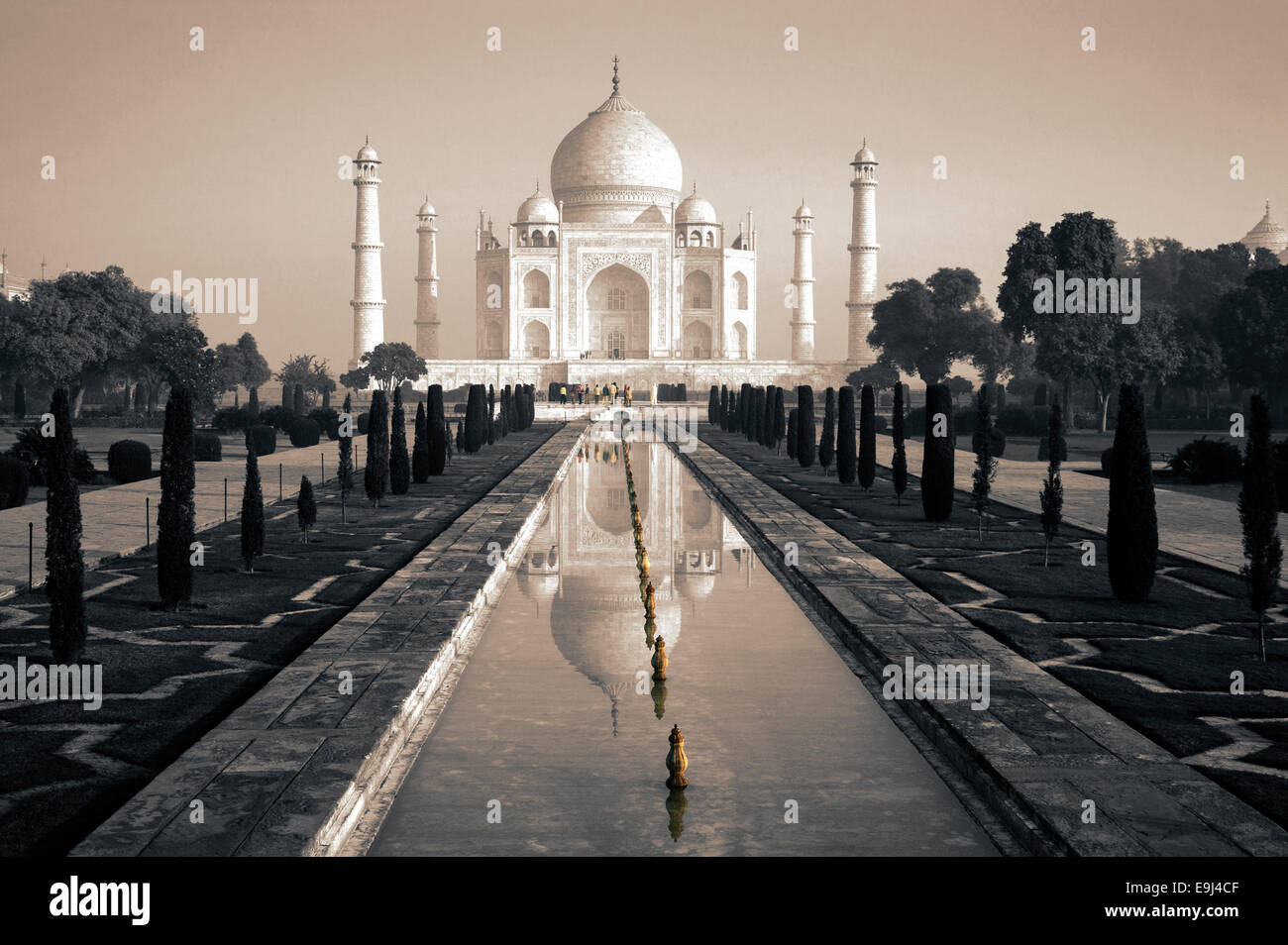 TAJ MAHAL AGRA INDIA MONOCHROME WITH PEOPLE IN COLOUR - Stock Image