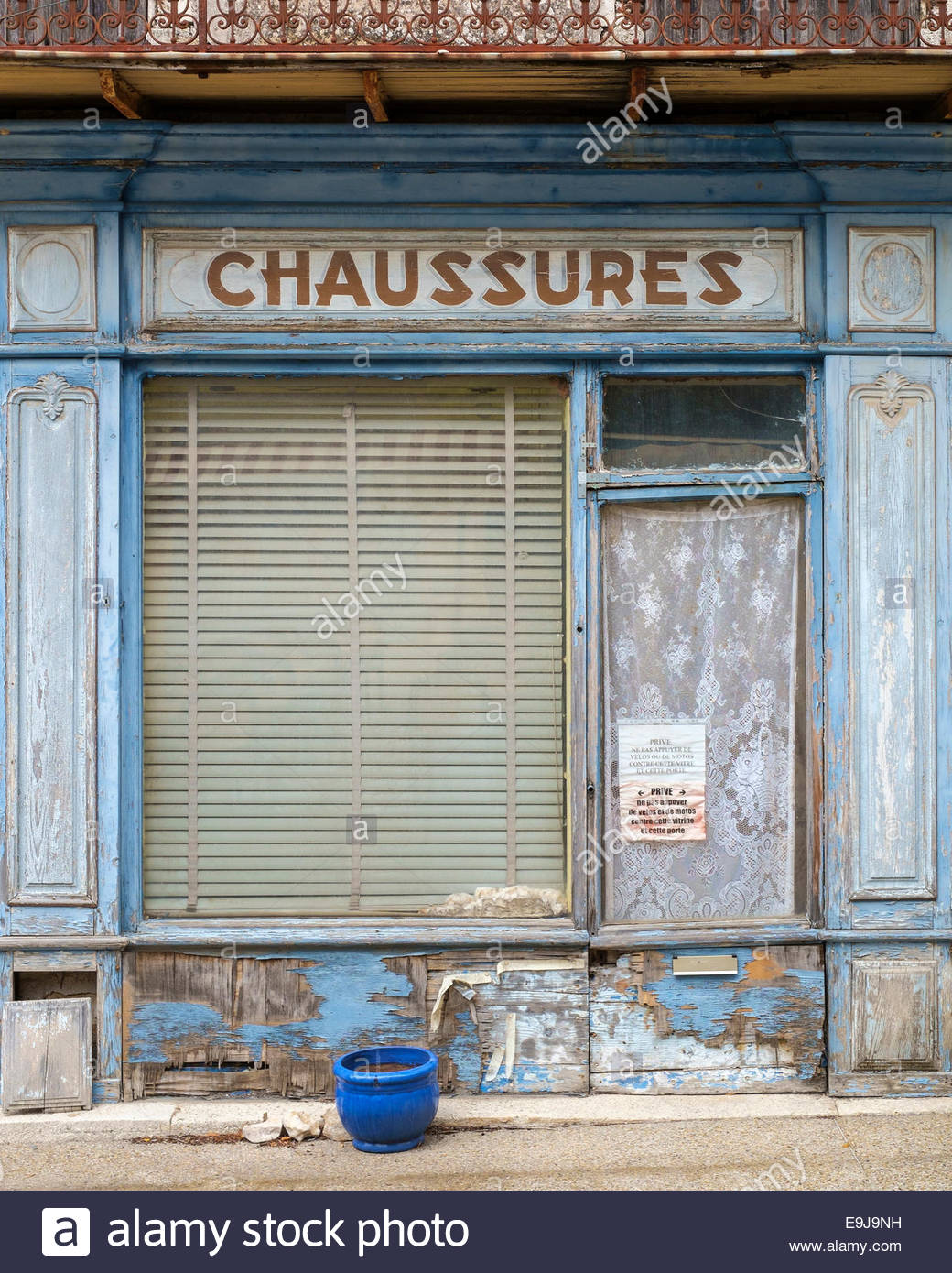 Old abandoned façade of shoe store with pained sign for 'Chaussures', Sault, Vaucluse, Provence-Alpes - Stock Image