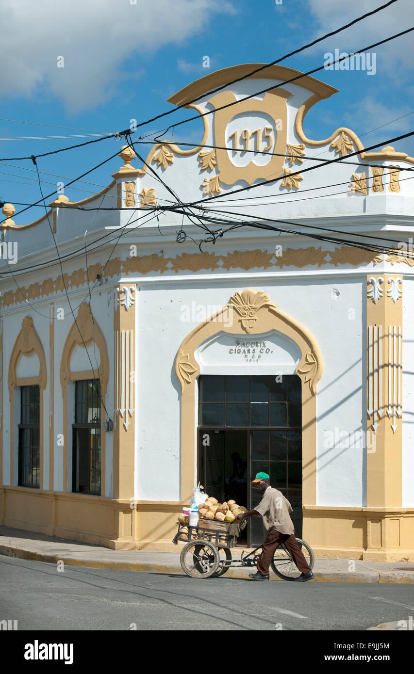 Dominikanische Republik, Osten, San Pedro de Macoris, Zigarrenfabrik Macoris Cigars, Ecke Avenida Francisco Dominguez Charro / C Stock Photo