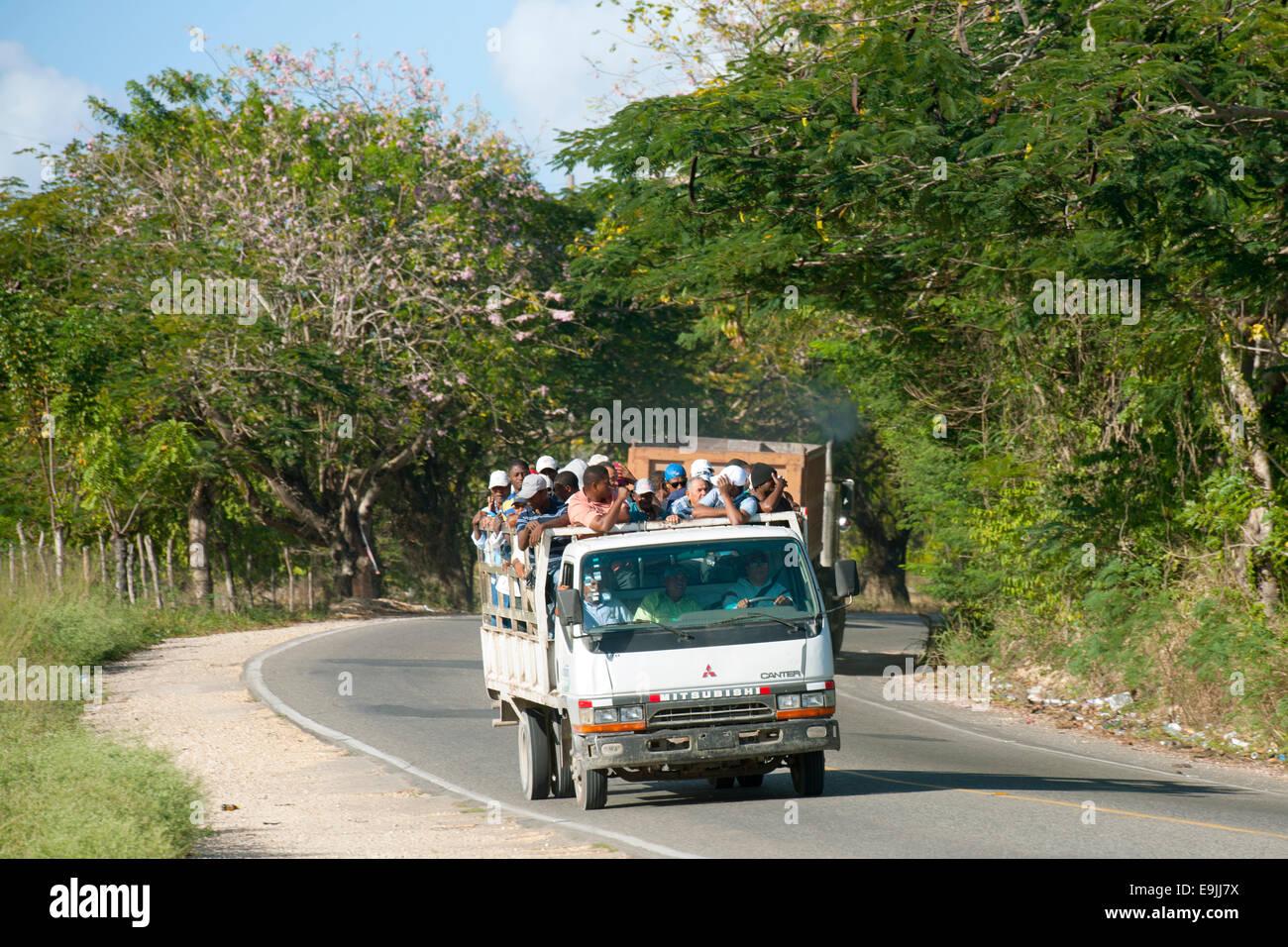 Dominikanische Republik, Osten, Lastwagen mit Arbeitern bei La Romana - Stock Image
