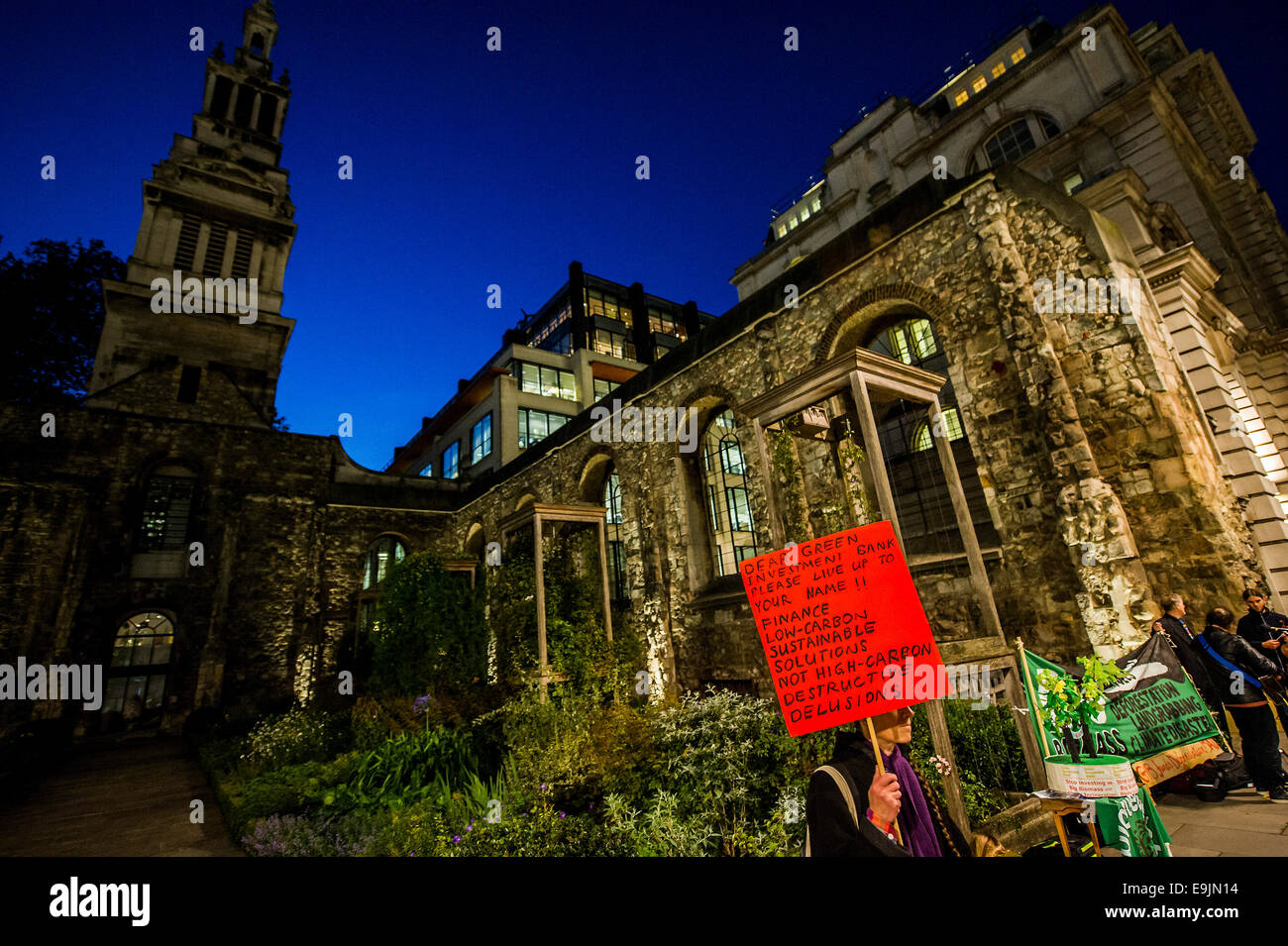 London, UK. 28th Oct, 2014. Environmental campaigners protest outside the 2nd anniversary investor meeting of the - Stock Image